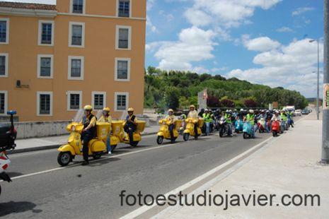 Simpatica Riberescuterada celebrada los días 29 y 30 en Simancas,en la foto desfile por las calles de valladolid acompañando las vespas de Correos en uno de sus ultimos viajes